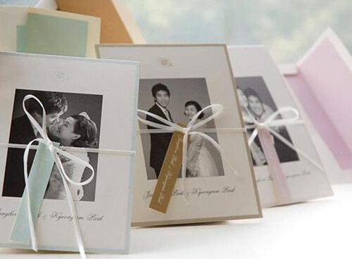 MC hàng đầu Hàn Quốc Park Kyung Lim với những tấm thiệp khác nhau được thắt nơ xinh bên ngoài in hình những tấm ảnh cưới.
