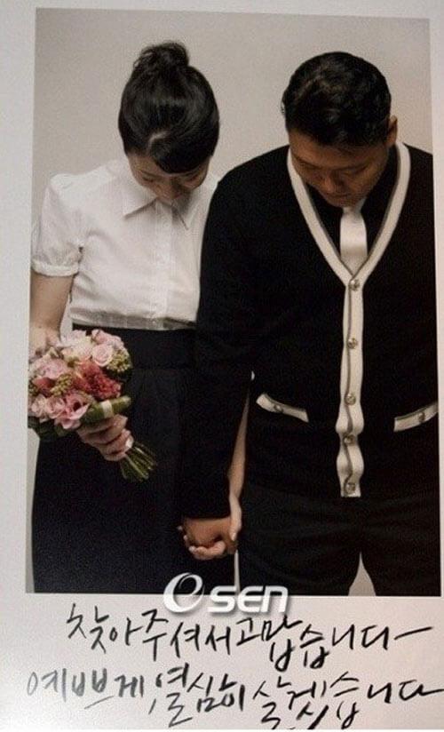 Cặp vợ chồng nam ca sỹ Psy lựa chọn tấm ảnh cả hai cùng cúi đầu như một lời cám ơn những người bạn sẽ tới đám cưới của họ. Họ cũng ghi trên thiệp cưới lời hứa nguyện sẽ sống cùng nhau hạnh phúc.