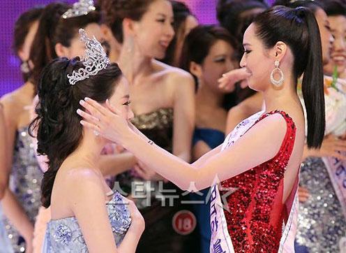 Jung Sora - Hoa hậu tiền nhiệm - trao lại vương miện cho Seong Hye.