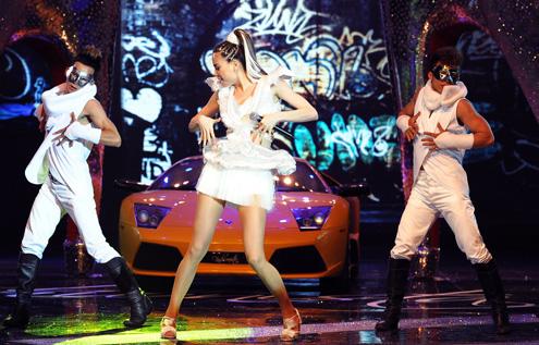 Hồ Ngọc Hà mang siêu xe lên sân khấu