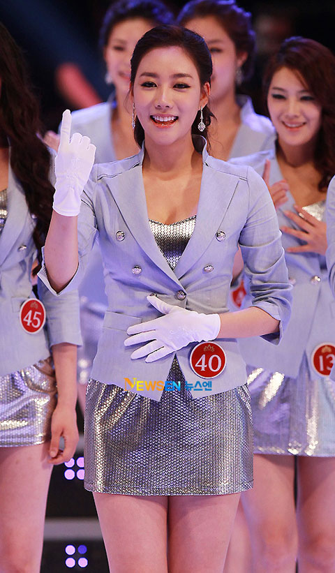 Người đẹp rạng rỡ trong bộ đồng phục của cuộc thi.