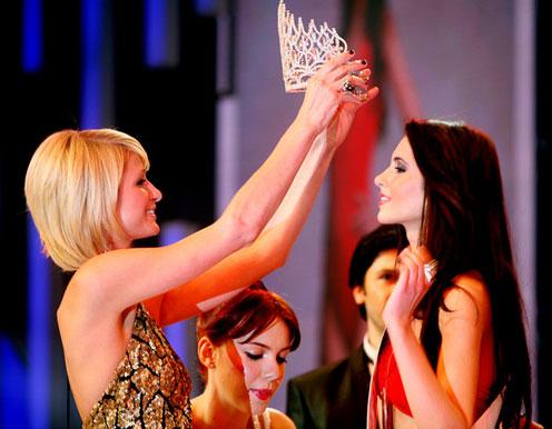 Nhiều cô gái mong một lần chạm đến vương miện Hoa hậu.