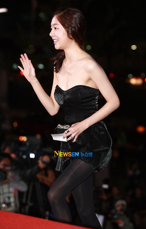 Baek Jin Hee với váy ngắn đen hiện đại nhưng cũng rất nữ tính.