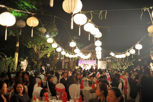 Lễ đính hôn của Ngọc Hiền được tổ chức long trọng ở ngoài trời tại một Soft Water Hồ Tây (Hà Nội) vào tối qua (6/12).