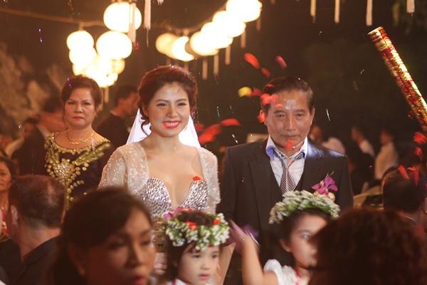 Diễn viên, ca sĩ Ngọc Hiền được bố cầm tay dắt lên sân khấu.