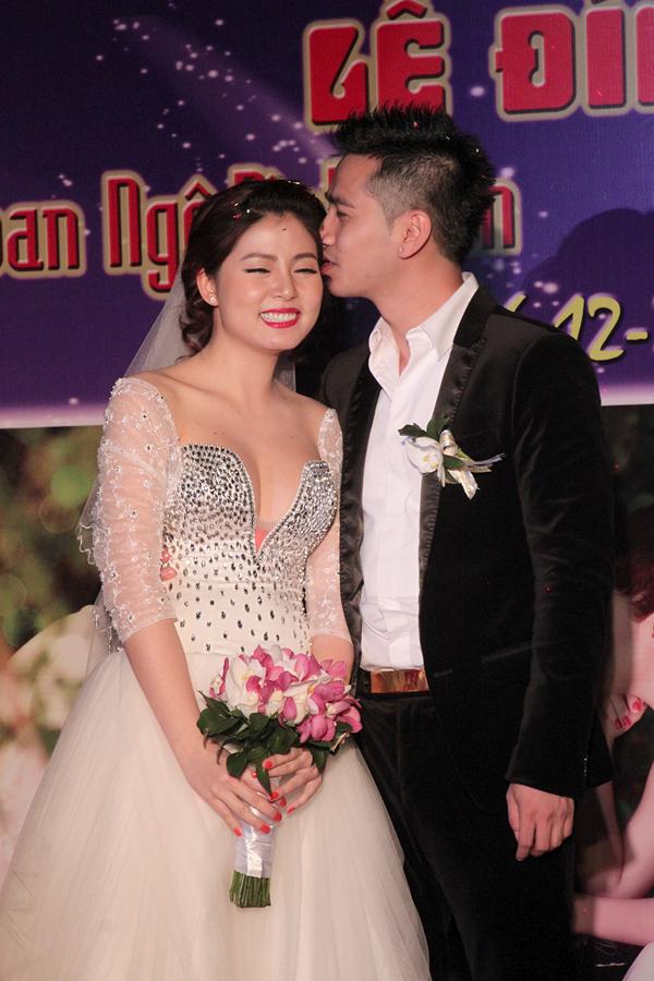 Trong suốt buổi lễ đính hôn, chú rể Đình Nam liên tục thể hiện tình yêu với cô dâu bằng những nụ hôn nồng nàn.