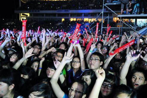 Fan Việt lại ngất xỉu trong đêm MTV Exit