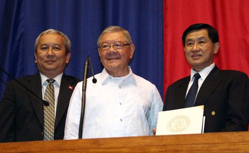 Bố chồng tương lai của Tăng Thanh Hà được vinh danh