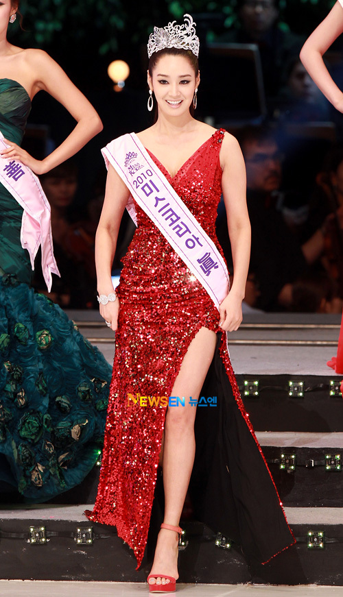 Hoa hậu Hàn Quốc 2010 lên trao vương miện cho Tân Hoa hậu. Trong bộ váy đỏ rực rỡ,