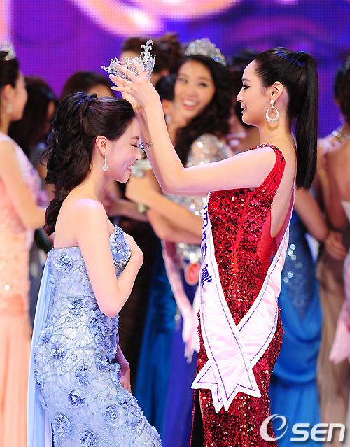 Lee Seong Hee hạnh phúc khi được trao vương miện, chính thức trở thành Tân hoa hậu Hàn Quốc 2010. Trên bục vinh quang, cô xúc động nói: Tôi muốn dành tặng món quà này cho những người đã luôn nguyện cầu cho tôi, đó là gia đình thân yêu, bạn bè.