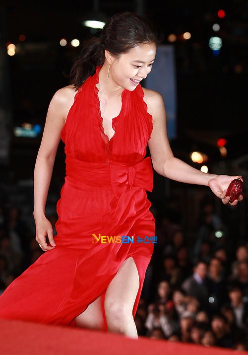 Đẹp nổi bật, dù không khoe da thịt quá nhiều, Moon Chae Won thực sự là điểm nhấn của đêm hội.