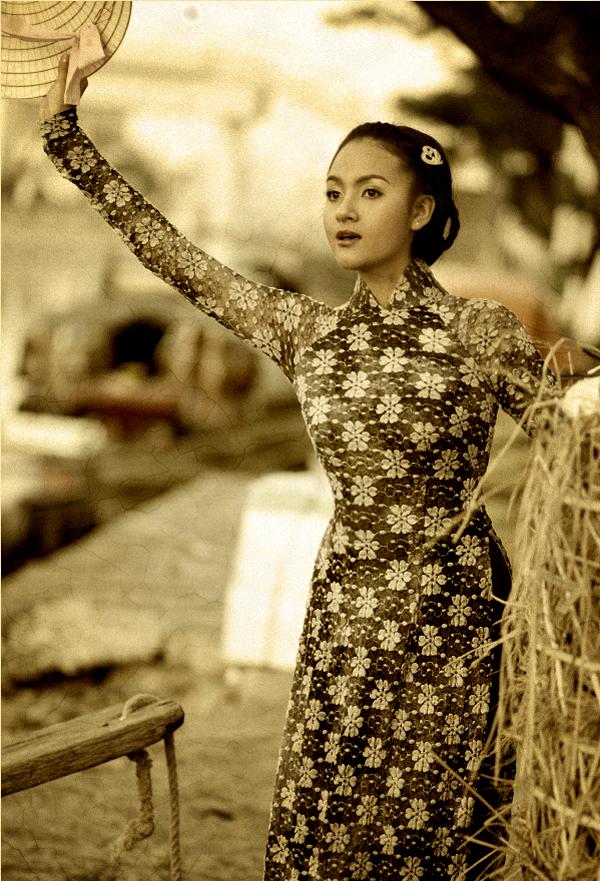 Huỳnh Thị Ngọc Hân dịu dàng trong trang phục áo dài, nón lá.