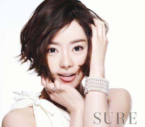 Trên tạp chí Sure số tháng 9, người đẹp trở nên cá tính với tóc ngắn, gương mặt rạng rỡ và