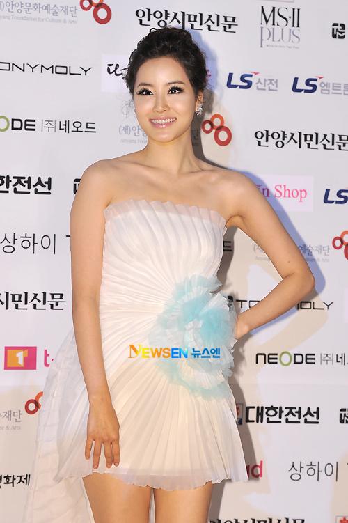 Chiếc váy ngắn với những diềm xếp điệu đà khiến cho Sol Lim có phần trẻ hơn tuổi.