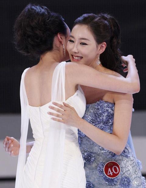Seong Hye nhận sự chúc mừng của thí sinh đối thủ khi cô được công bố giành ngôi Hoa hậu.