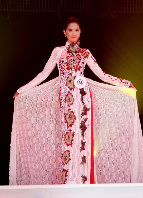 Khi diện áo dài, người đẹp cũng chinh phục khán giả bởi nét diễn xuất mềm mại, e ấp và vẻ đẹp trong sáng, ngây thơ.