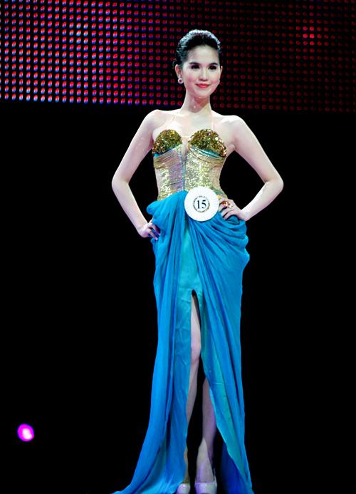 Ngọc Trinh lộng lẫy khi trình diễn trang phục dạ hội.