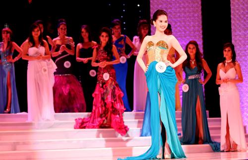 'Búp bê' 9x nổi bật giữa các người đẹp cùng dự thi Hoa hậu Việt Nam Quốc tế.