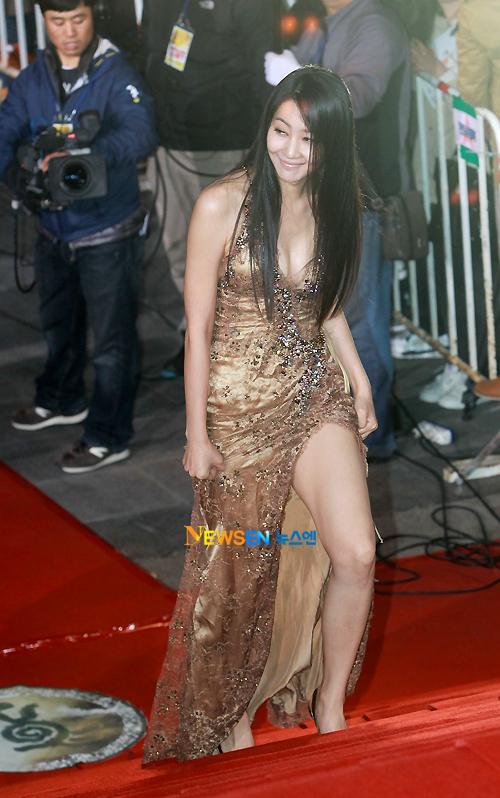 Nữ diễn viên Yoon Ji Min với bộ váy cổ chữ V sâu, giúp