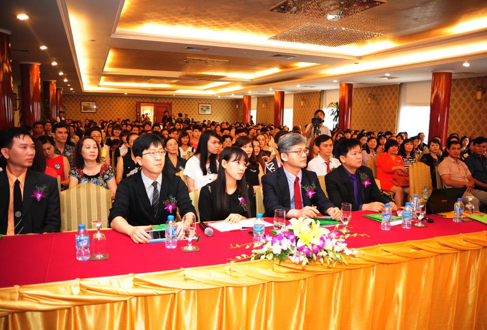 Hàng ngàn người háo hức tham dự hội thảo thẩm mỹ lớn nhất trong năm của JW