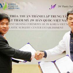 Viện trưởng Bệnh viện JW Hàn Quốc trao chứng nhận thương hiệu Thẩm mỹ Hàn Quốc JW chính thức duy nhất tại Việt Nam