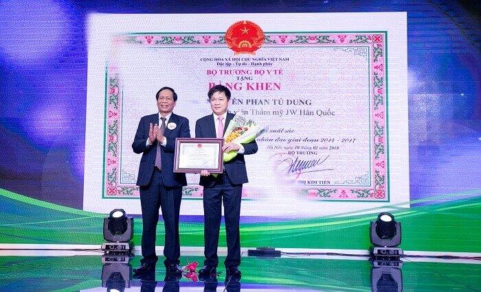 Ông Đào Chính – Đại diện Bộ Y Tế trao bằng khen cho bệnh viện JW Hàn Quốc về côngtác khám chữa bệnh nhân đạo