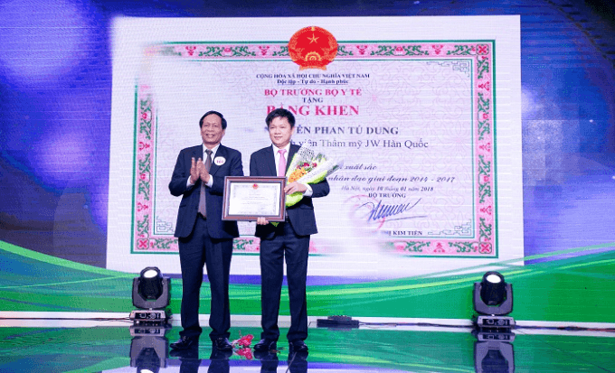 Mr. Dao Chinh- Minister of the Ministry of Health awarded a certificate of satisfactory progress to Dr. Nguyen Phan Tu Dung- Director of JW Hospital