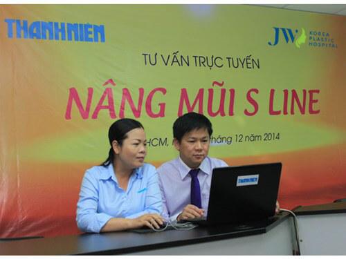 TS-BS Nguyễn Phan Tú Dung, Giám đốc Thẩm mỹ Hàn Quốc JW (phải) trả lời các câu hỏi của bạn đọc về nâng mũiS Line - Ảnh: Thanh Hải