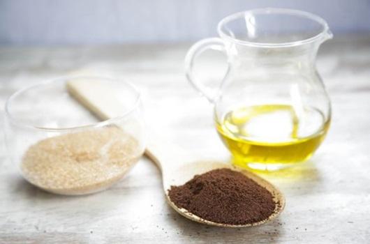 Làm căng da mặt bằng dầu oliu và đường nâu