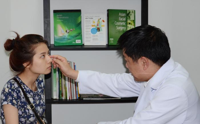Phẫu thuât nâng mũi bị lệch