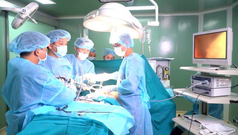 Phẫu thuật nâng ngực nội soi được tiến hành dưới sự hỗ trợ của hệ thống máy móc hiện đại.