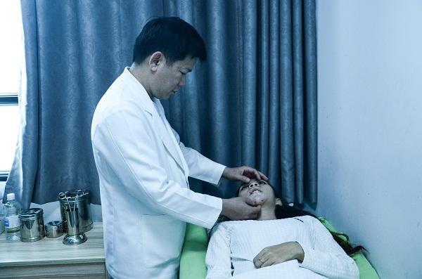 Sau phẫu thuật hàm hô bác sĩ Tú Dung thường xuyên kiểm tra, nhân viên điều dưỡng luôn túc trực ở bên cạnh nên cảm giác rất an tâm.