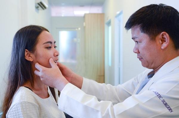 Khi nghe bác sĩ Dung nói phải cắt hàm di chuyển vào trong, Đặng Vân rất lo sợ những khi được giải thích cặn kẽ cô đã thấy tinh thần thoải mái hơn