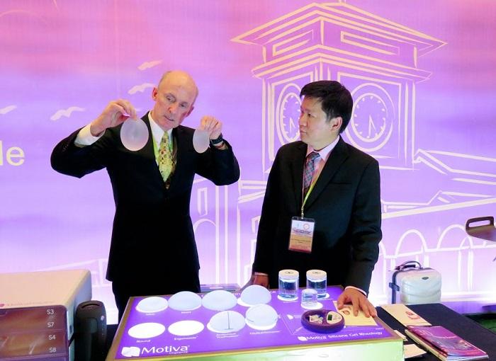 TS. BS. Brian M. Kinney đang giới thiệu túi giọt nước Demi với TS. BS. Nguyễn Phan Tú Dung