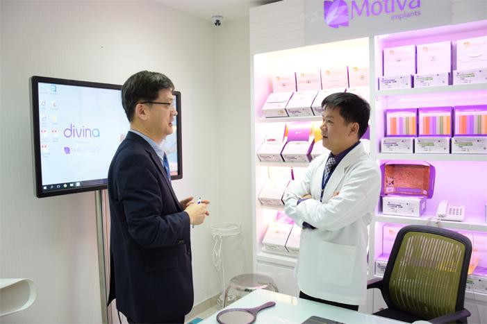 Giám Đốc hệ Thống JW Toàn Cầu và Giám Đốc JW Chi Nhánh Việt Nam đang thảo luận tại Viện Nâng Ngực Nanochip 3D