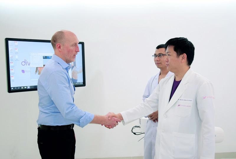 Bệnh viện thẩm mỹ JW Hàn Quốc đã hợp tác cùng hãng túi ngực Nano chip Motiva (Hoa Kỳ) thành lập Viện nâng ngực 3D Nano chip tại JW