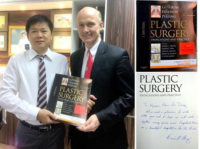 TS. BS. Brian M. Kinney chuyên gia nâng ngực túi Demi Motiva hàng đầu Hoa Kỳ tặng cuốn sách Phẫu thuật tạo hình thẩm mỹ nổi tiếng do chính ông viết cho TS.BS.Nguyễn Phan Tú Dung khi ông đến Bệnh viện thẩm mỹ JW Hàn Quốc