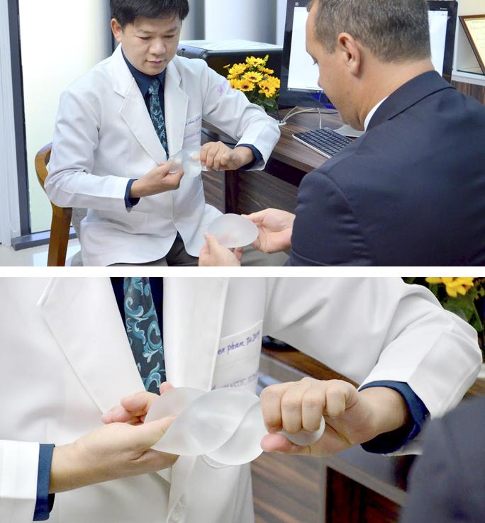Bác sĩ thử độ bền của túi ngực Demi bằng cách vặn chéo túi để thấy độ bền.