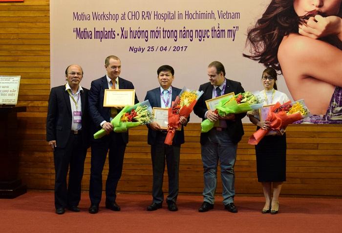 TS.BS Nguyễn Phan Tú Dung (chính giữa) cùng các chuyên gia thẩm mỹ trong hội thảo ngày 25-4