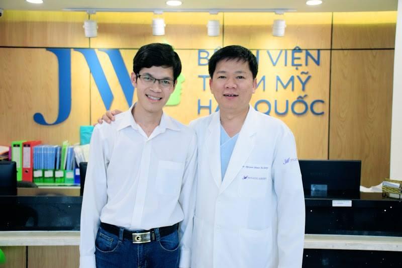 Thầy giáo Vũ Đình Thục và TS. BS. Nguyễn Phan Tú Dung chụp hình lưu niệm (trường hợp 14 năm liền không khép được miệng và câu chuyện tình cảm động - nhân vật trong chương trình Chia nụ cười, sẻ cảm thông mùa )