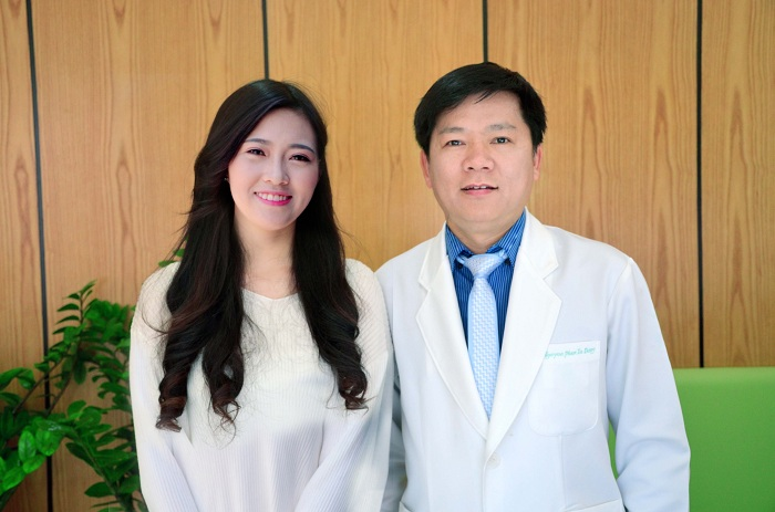 Cô tự tin chụp hình kỷ niệm cùng bác sĩ Tú Dung