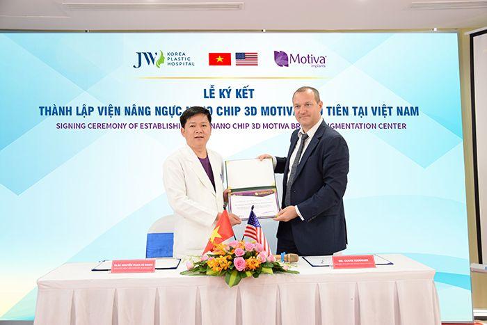 Lễ ký kết thành lập Viện nâng ngực Nano Chip 3D Motiva giữa bác sĩ Tú Dung và đại diện hãng Motiva