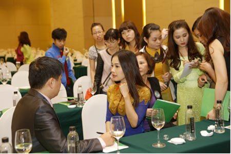 BS Tú Dung tư vấn trực tiếp tại hội thảo xu hướng thẩm mỹ Hàn Quốc 2015