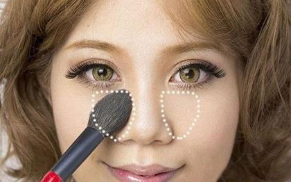 Thoa phấn tối màu vào 2 bên sống mũi để giúp cánh mũi nhìn gọn hơn