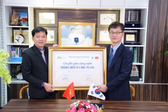TS.BS Man Koon Suh trao chứng nhận chuyển giao công nghệ S Line Plus cho TS.BS Nguyễn Phan Tú Dung – Giám đốc JW tại Việt Nam