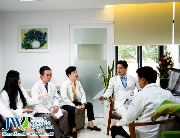 TS.BS Hong Lim Choi về JW Việt Nam chuyển giao công nghệ cắt mí mắt cho các bác sĩ