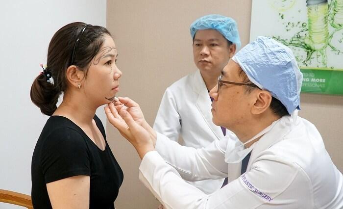 TS.BS Chul Hwan Seul đo vẽ gương mặt của khách hàng