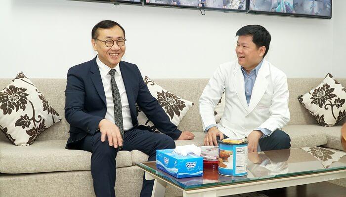 TS.BS Chul Hwan Seul trao đổi thân mật cùng TS.BS Nguyễn Phan Tú Dung về chuyến công tác lần này
