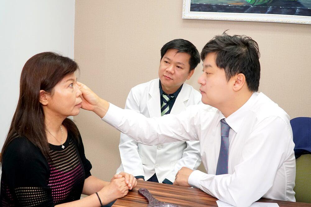 Lấy mỡ bọng mắt có đau không - 3 điều cẩn trọng tránh biến chứng - Ảnh 3