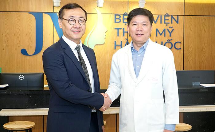 TS.BS Nguyễn Phan Tú Dung bắt tay chào đón TS.BS Chul Hwan Seul